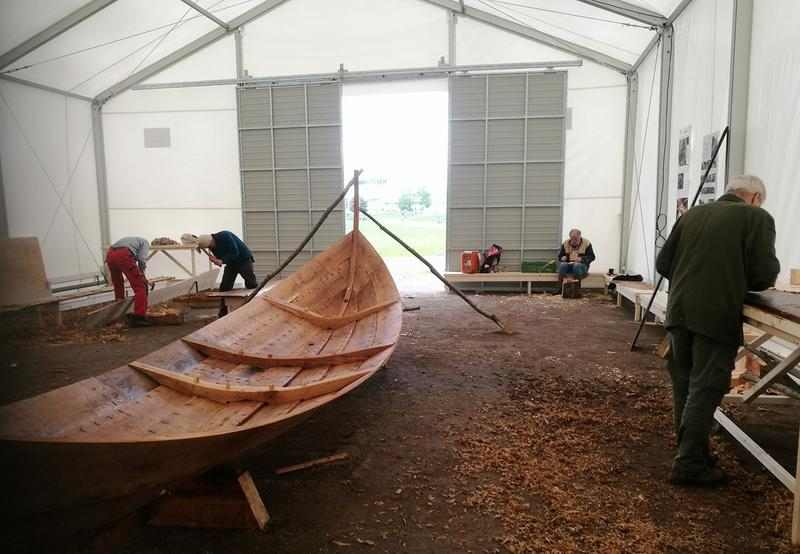 Båtlaben i Middelalderparken: Trebåt under bygging i telt.