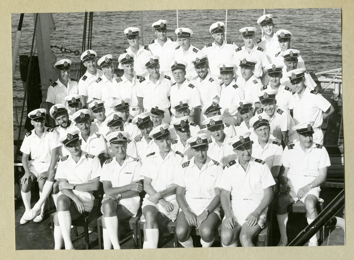 Bilden föreställer ett grupporträtt där minfartyget Älvsnabbens officerare och underofficerare i sommaruniform är samlade på livbåtsdäck under långresan 1966-1967.