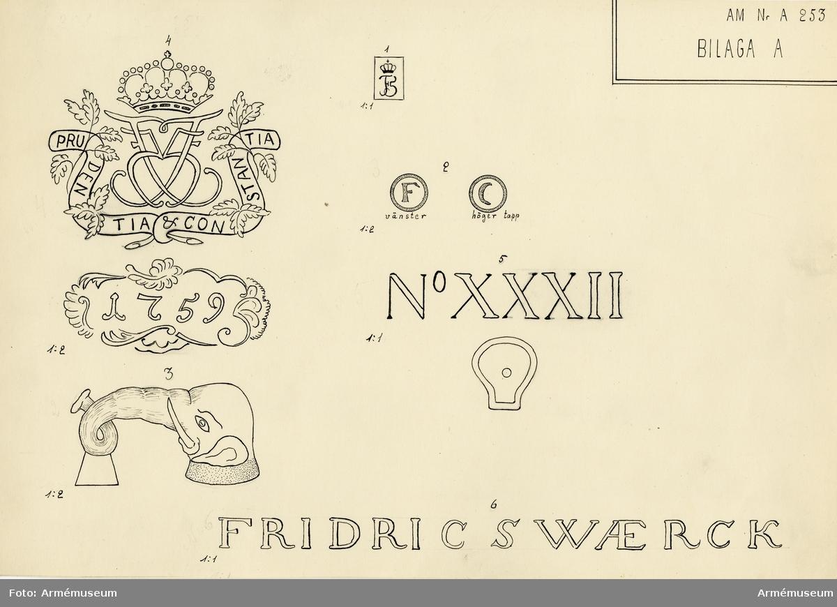 """Grupp A I.  Å kammarstycket: Fredrik V:s namnchiffer samt däromkring konungens valspråk: PRUDENTIA ET CONSTANTIA (med klokhet och ståndaktighet). Märkt enl. teckning: Fridricswaerck. Märkningar: Kammarstycket """"1759"""", kammarsiraten """"No XXXII"""", vänster delfins främre utsida """"1...5..."""", vänster tapp """"F"""" och  höger tapp """"C"""".  Kaliber 8 cm. Loppets rel. längd 14,5 kal."""