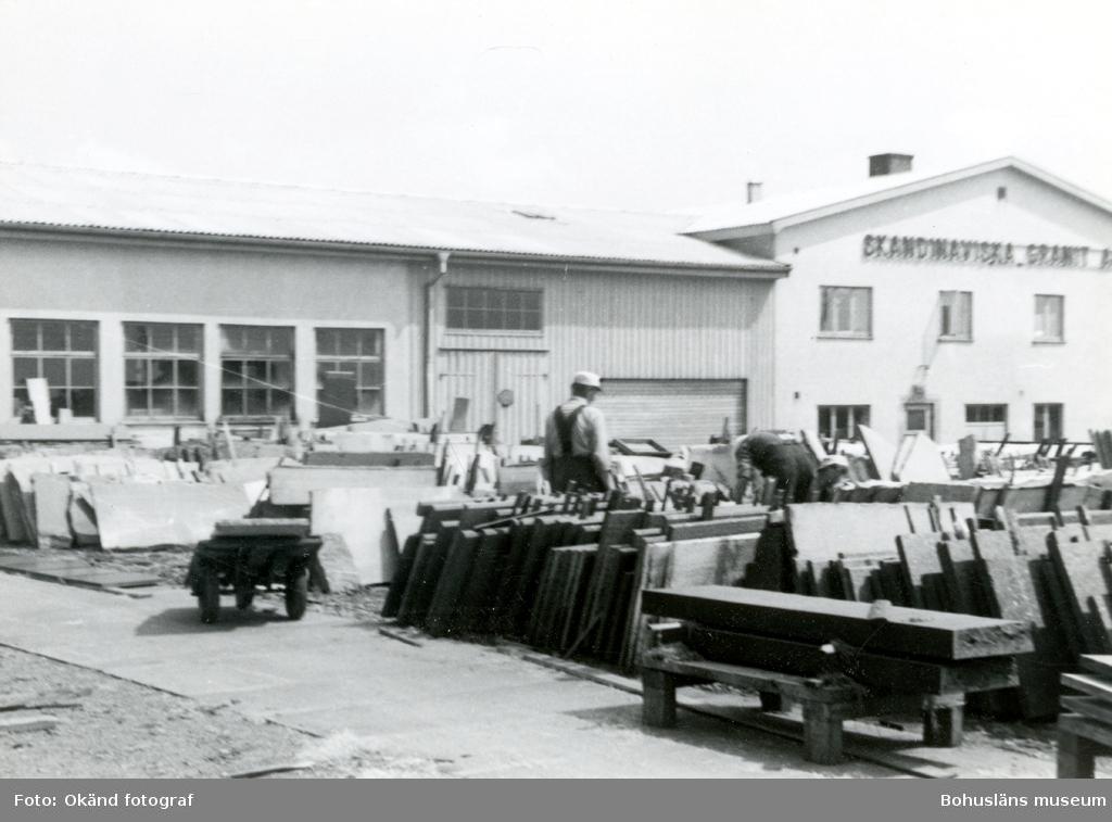 Upplag av stenskivor utanför Skandinaviska Granit AB:s kontor