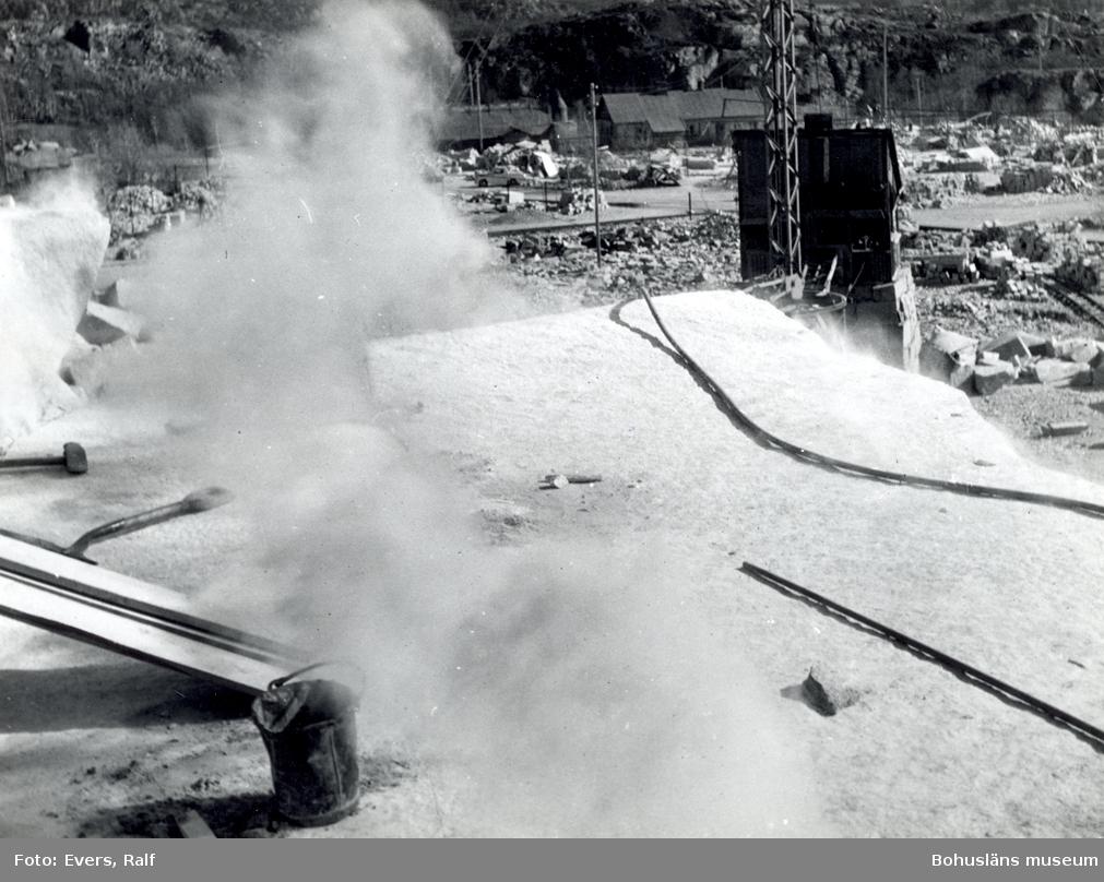 Röken stiger från en sprängladdning som lossat ett stenblock från berget