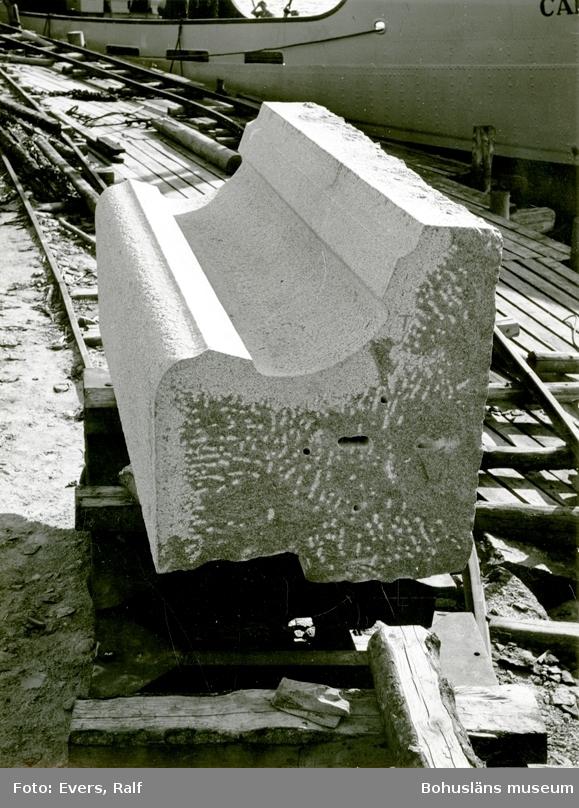Profilerat stenblock, troligen byggnadsdetalj