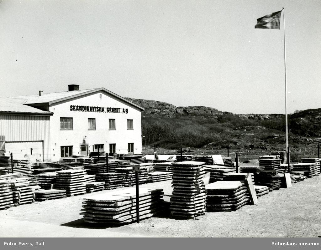 Upplag av stenskivor utanför Skandinaviska Granit AB:s kontorsbyggnad