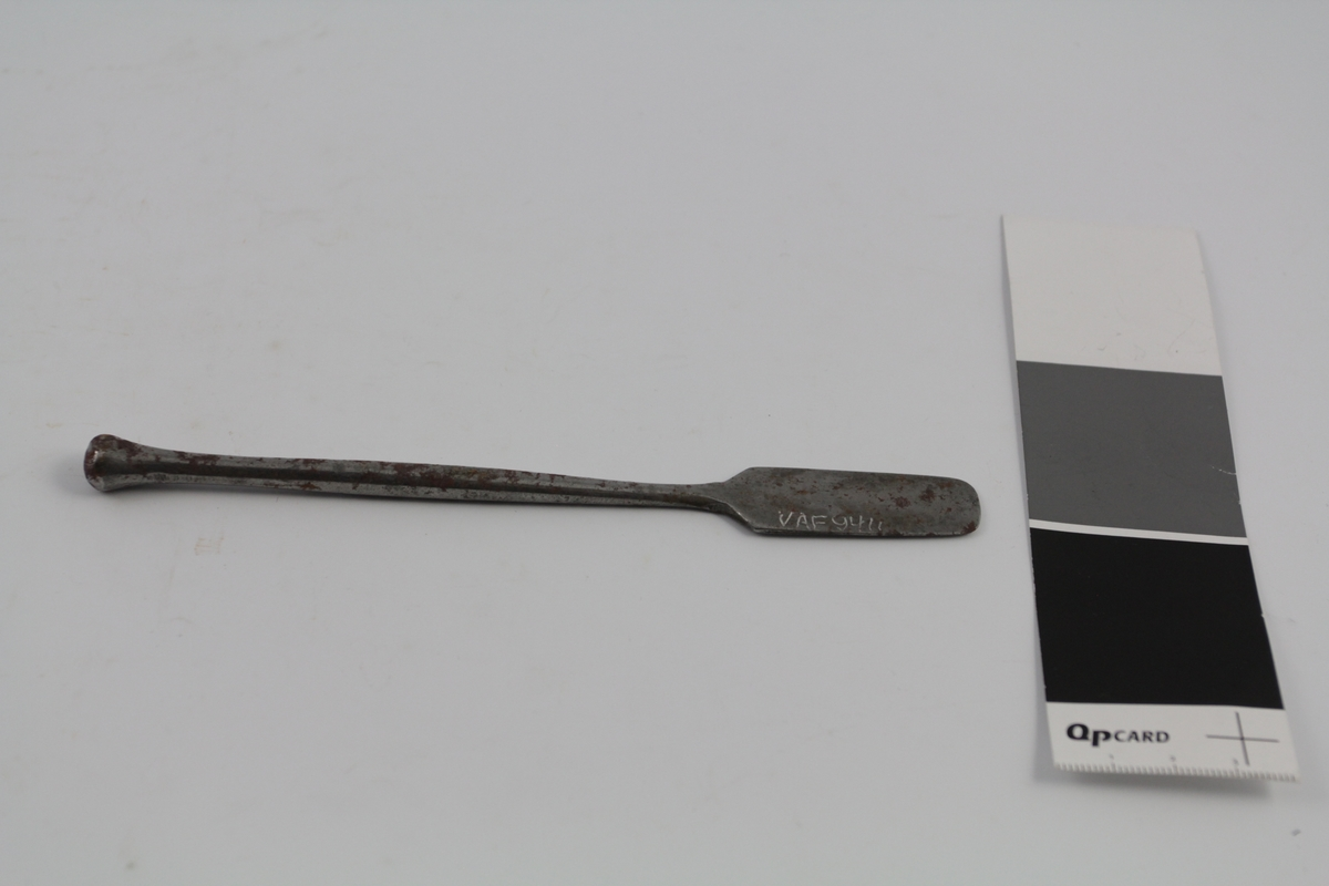 Spatel av metall, stål. Et blad. Brukt til salveproduksjon.