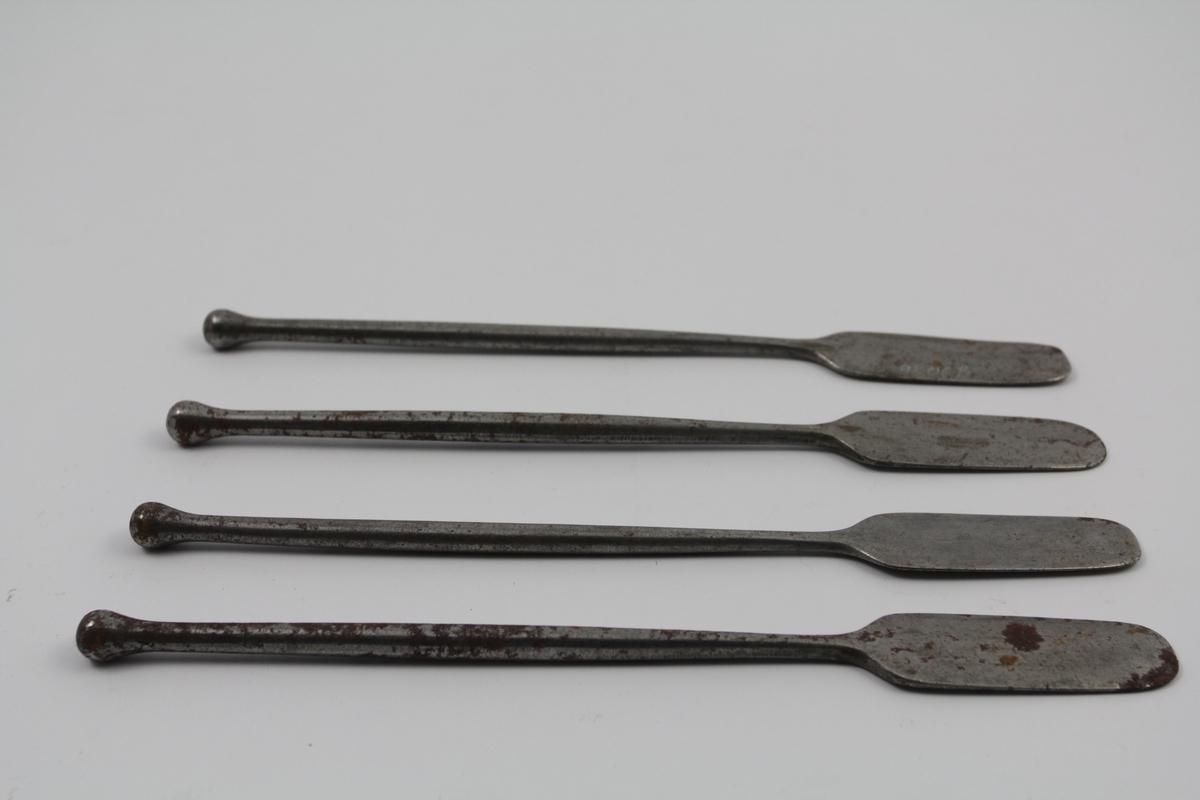 4 stk. spatler av metall, stål. Et blad. Brukt til salveproduksjon.