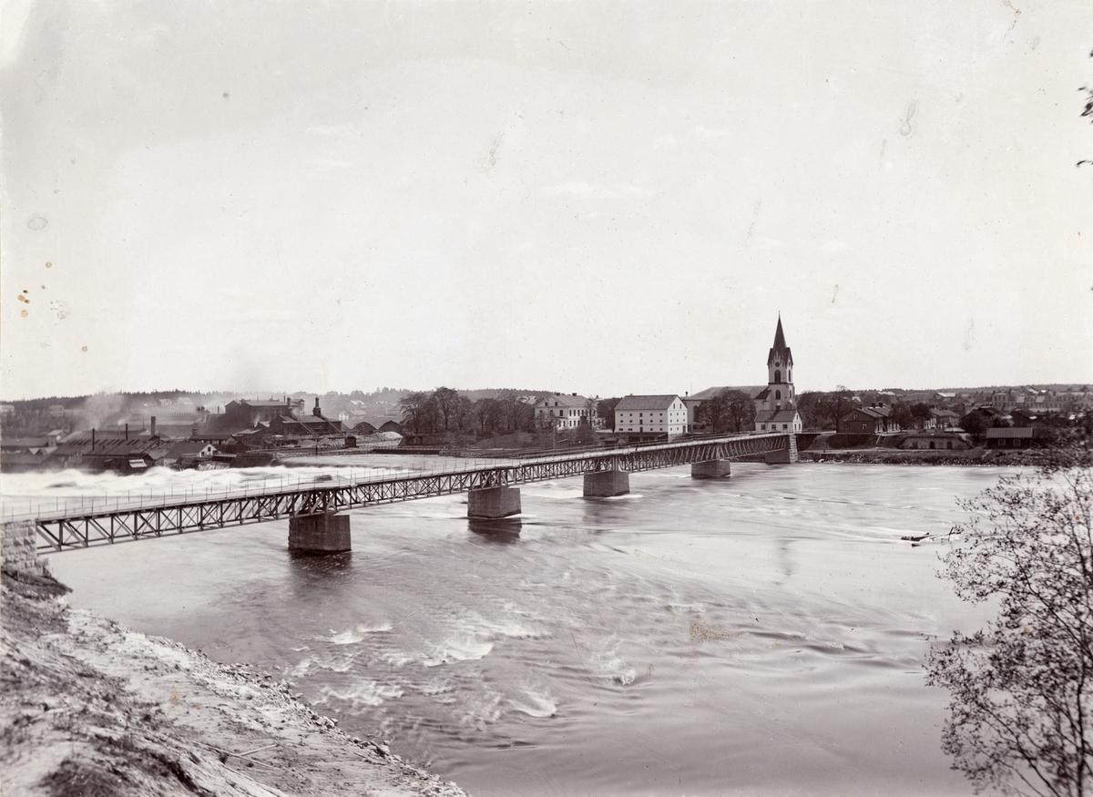 Vy över Avesta (Kyrkbron) med Avesta Jernverk till vänster.