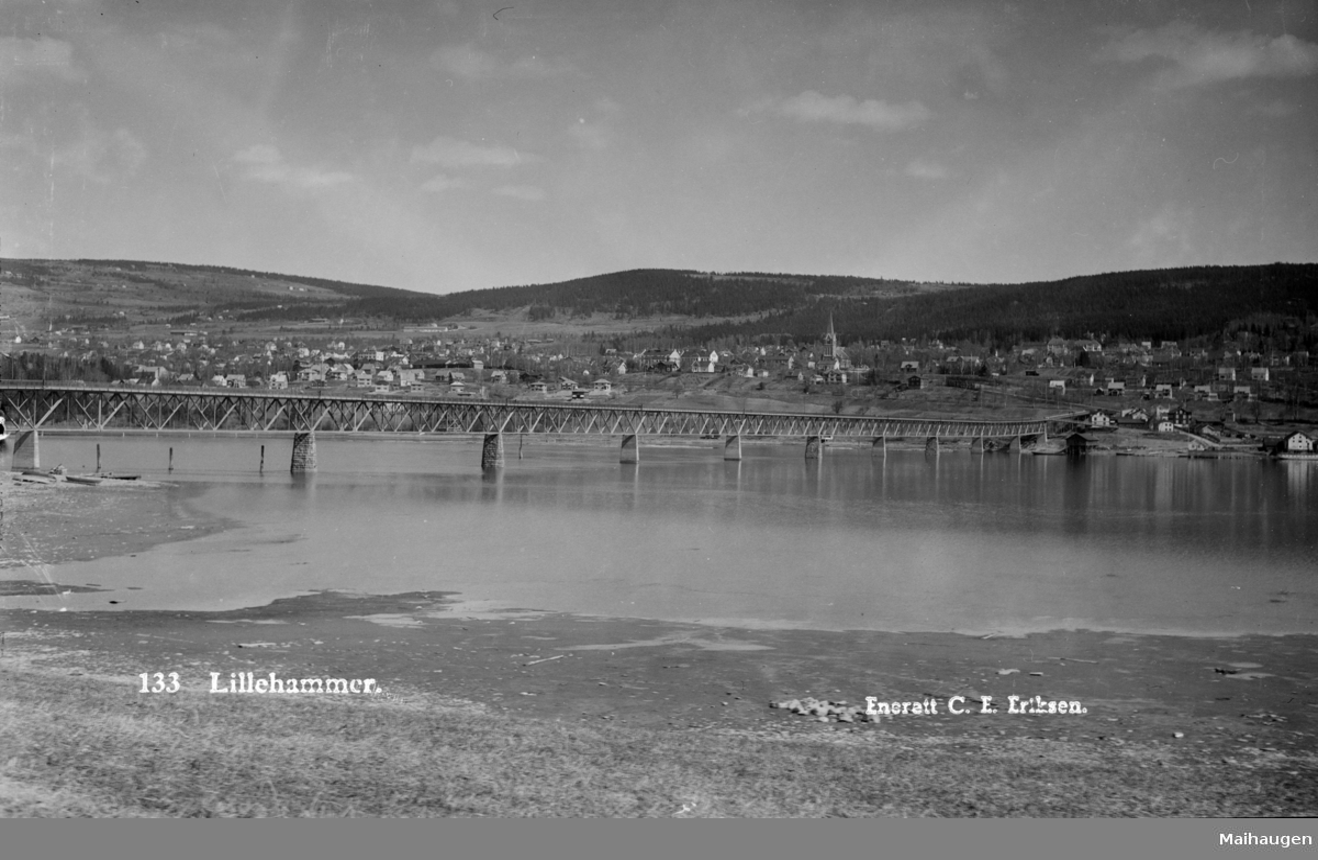 Lillehammer by sett fra Vingnes. Med Vingnesbrua ferdig i 1934.