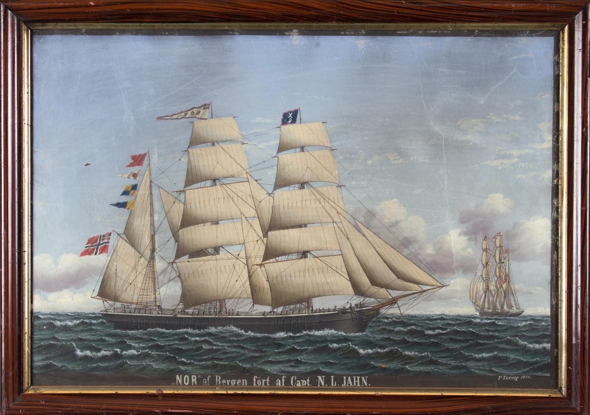 Skipsportrett av bark NOR på åpent hav. Til høyre i motivet sees skipet fra akter. Barken har full seilføring og både signalflagg og vimpel med skipets navn, samt norsk flagg med svensk-norsk unionsmerke i akter.