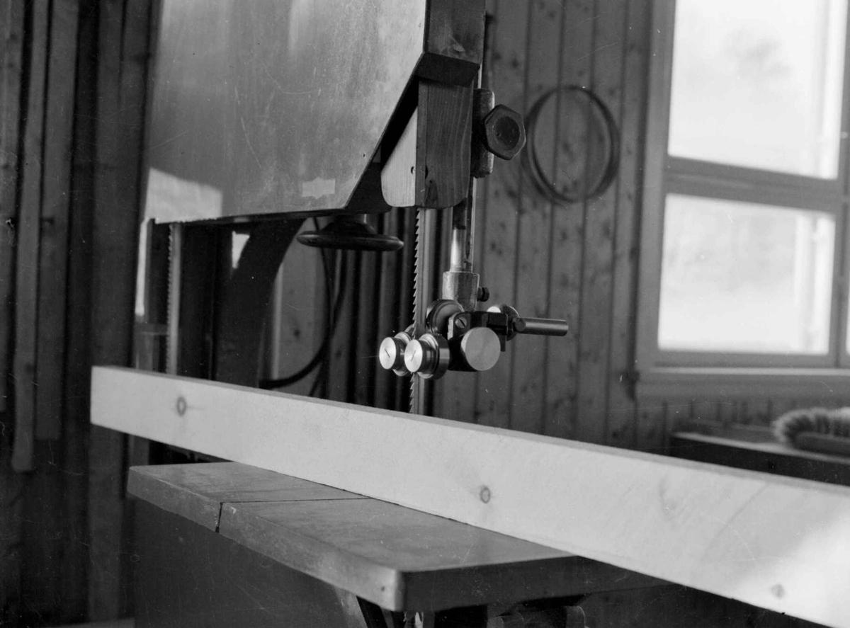 "Lillehamme og Fåberg Yrkesskole, Fåberggt. 152.  Jern og metall-linjen. ""Stabil"", del av båndsag mon."
