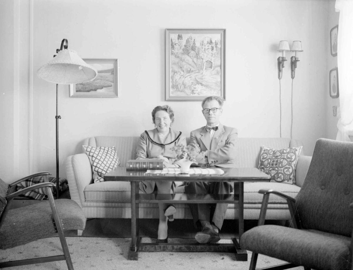 Ektepar fotografert i hjemmet.