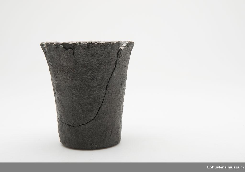 Ur handskrivna katalogen 1957-1958: Mortel av järn, utan stöt Bottendiam.: 7,8 H: 13. Sprucken. Något sönder vid mynningen.