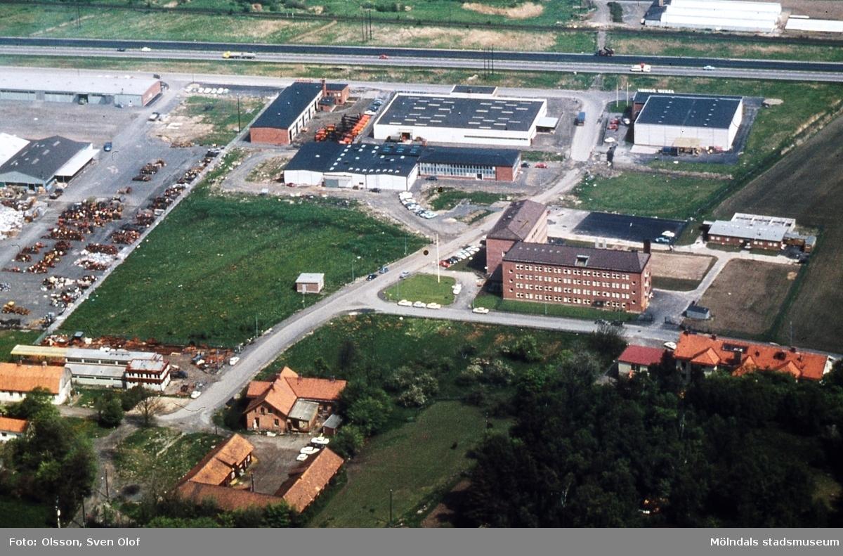 Flygfoto över del av Mölndal, år 1970. I förgrunden ses Kärra (Åbro industriområde). I bakgrunden från vänster: Isacsons handelsträdgård, Kärrabro samt kommunens och Nordströms trädgårdar.