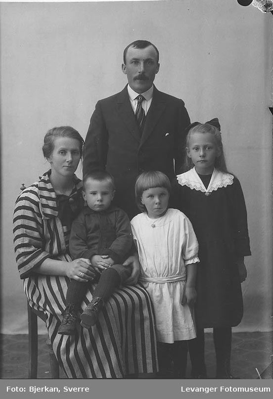 Gruppebilde av familien Bjørkvik.