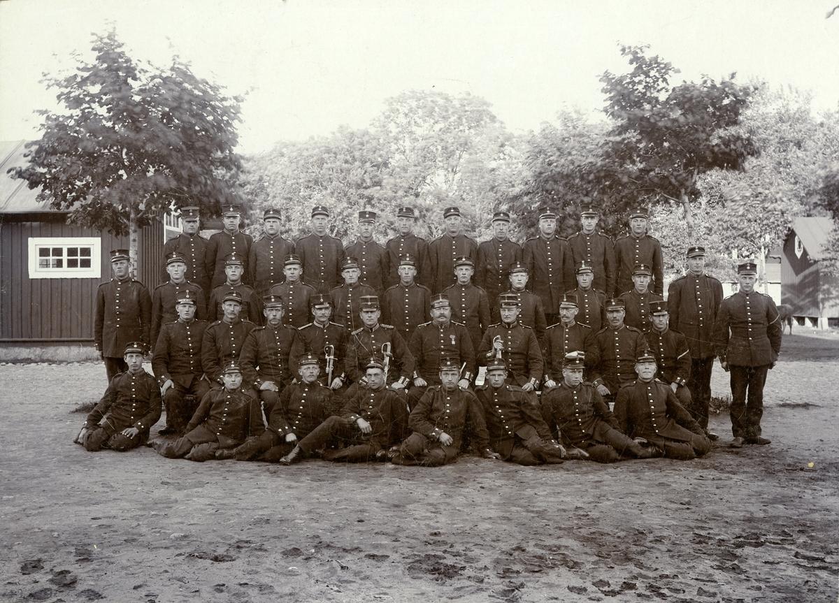 Grupporträtt av officerare och soldater vid Skaraborgs regemente I 9 på Axvalls övningsfält.