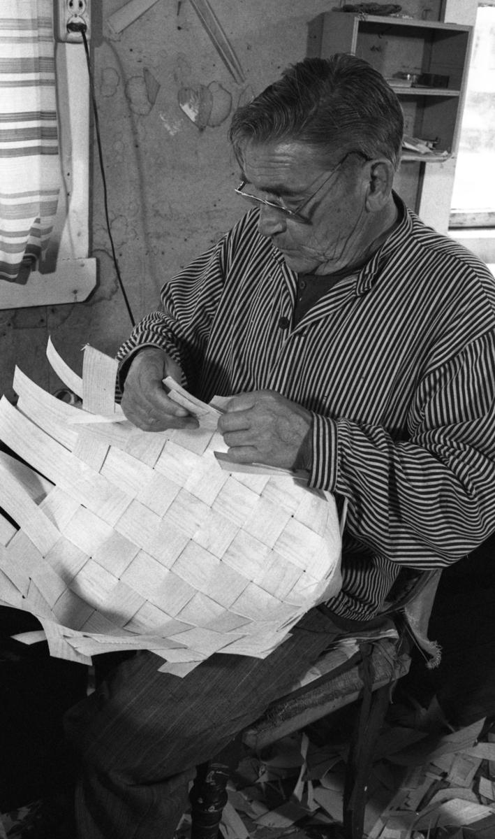 Fletting av soppkurv ved Nilsens kurvfabrikk