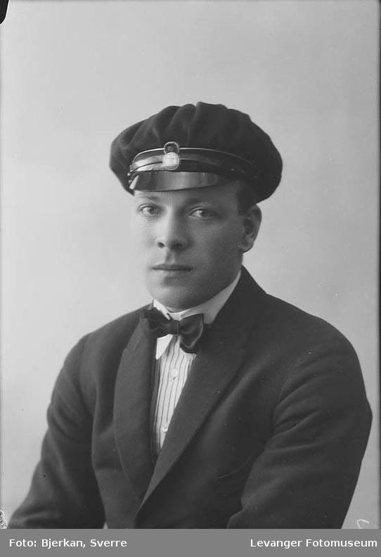Portrett av en mann i studenterlue. Navn er Asbjørn Langnes