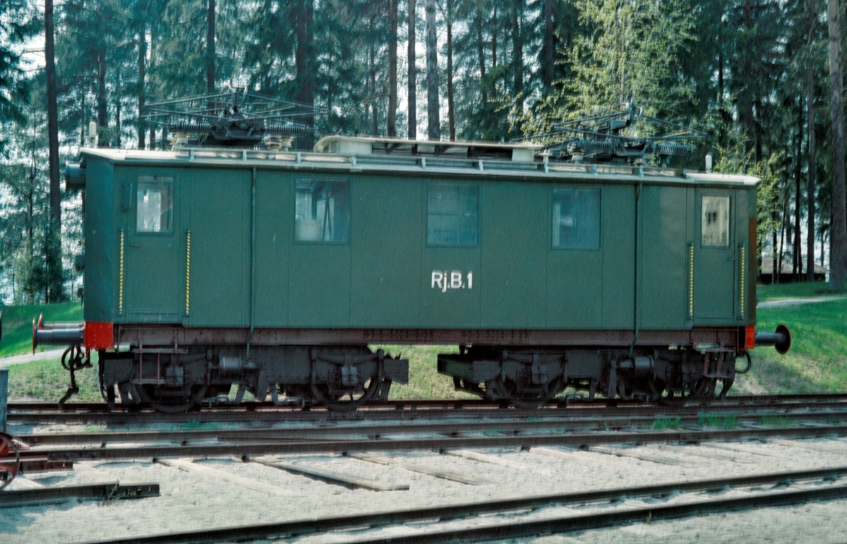 Rjukanbanens lokomotiv nr. 1, senere NSB El 7 2501 i parken på Norsk Jernbanemuseum på Hamar.