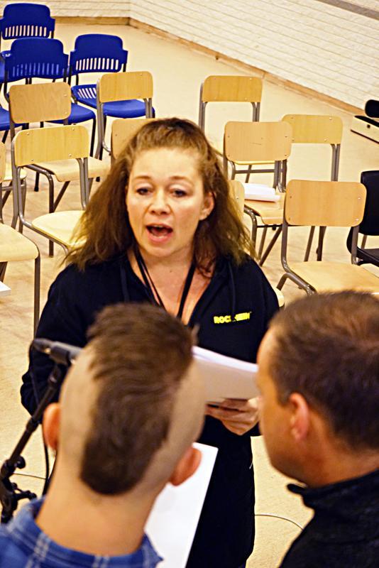 Instruerer: Anne Fossen, prosjektleder ved Rockheim, terper på korsang med de innsatte.