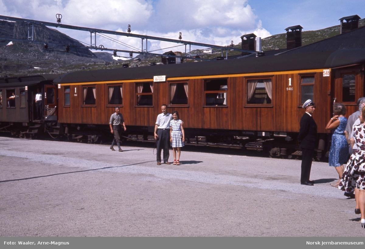 Personvogn litra Ao3a nr. 946 i sommertog 609 Oslo-Bergen på Finse stasjon