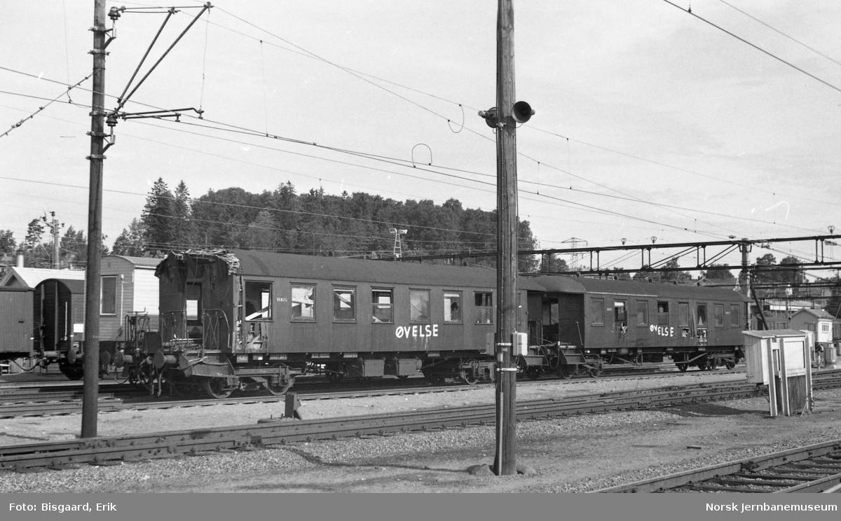 Personvognene litra B65 nr. 18825 og 18805 som øvelsesvogner på Ski stasjon