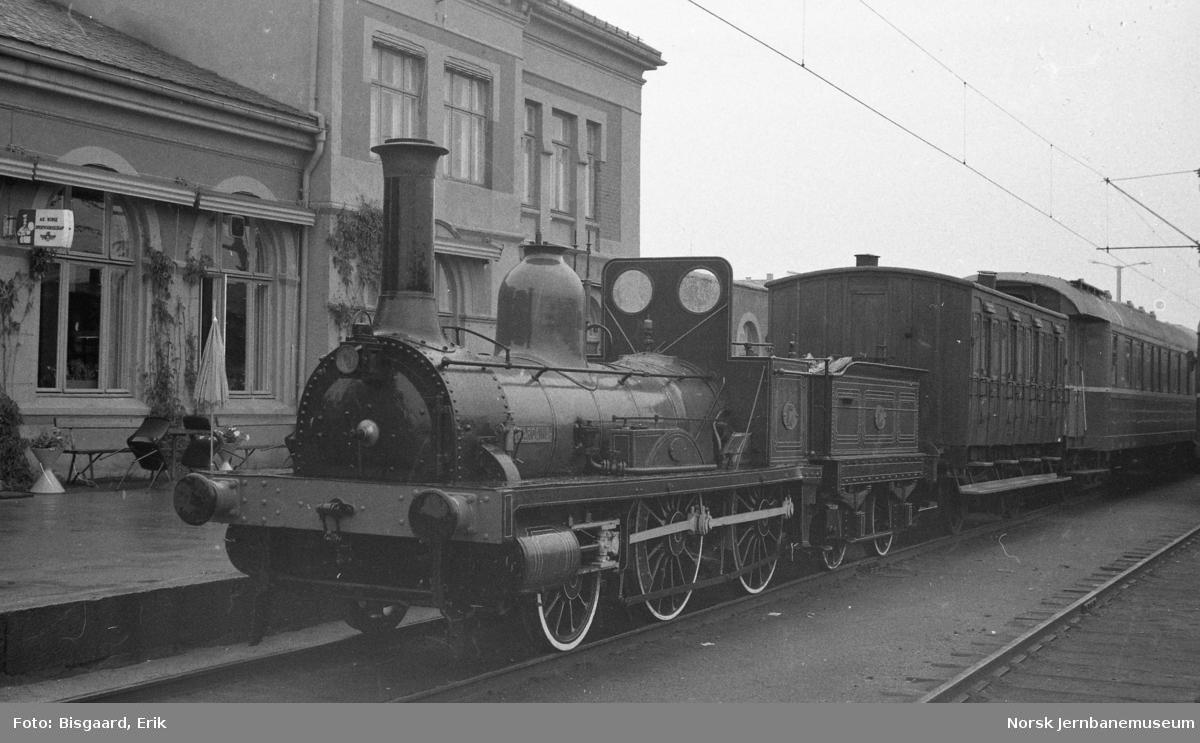 """Damplokomotivet """"Caroline"""" på Hamar stasjon under Jernbanedagene i 1977"""
