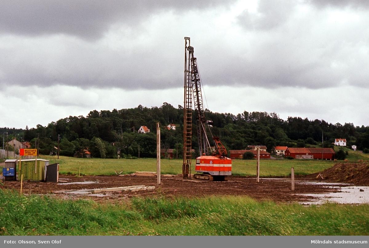 Kärraområdet i Mölndal börjar exploateras, år 1970. Pålning för Partners bygge. Första industrin ute på åkrarna. Åbro industriområde.