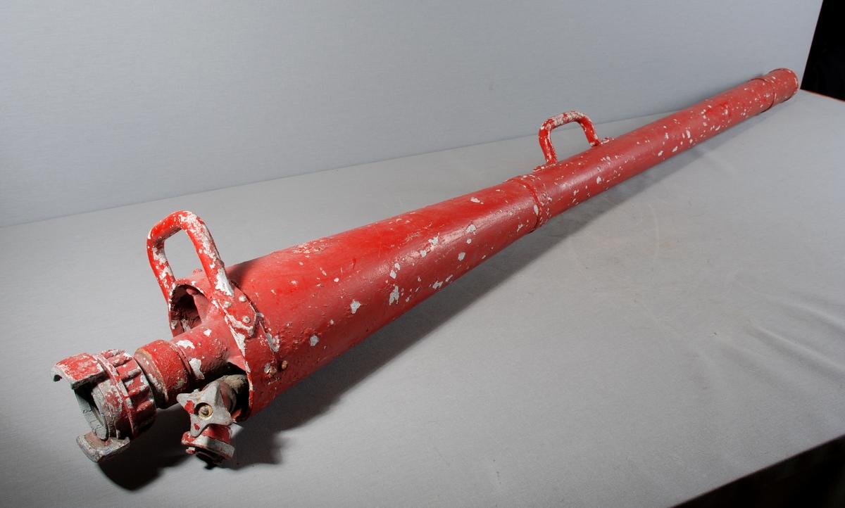 Håndholdt konisk formet skumrør for brannslukking. Håndtak fremme ved munningskant og omlag på midten av røret.