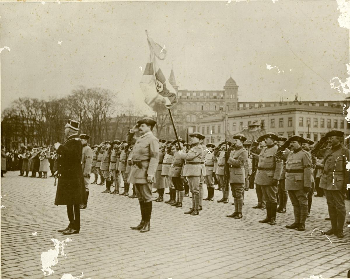 Landstormen uppställda på torget med musikkår i Göteborg 1914.