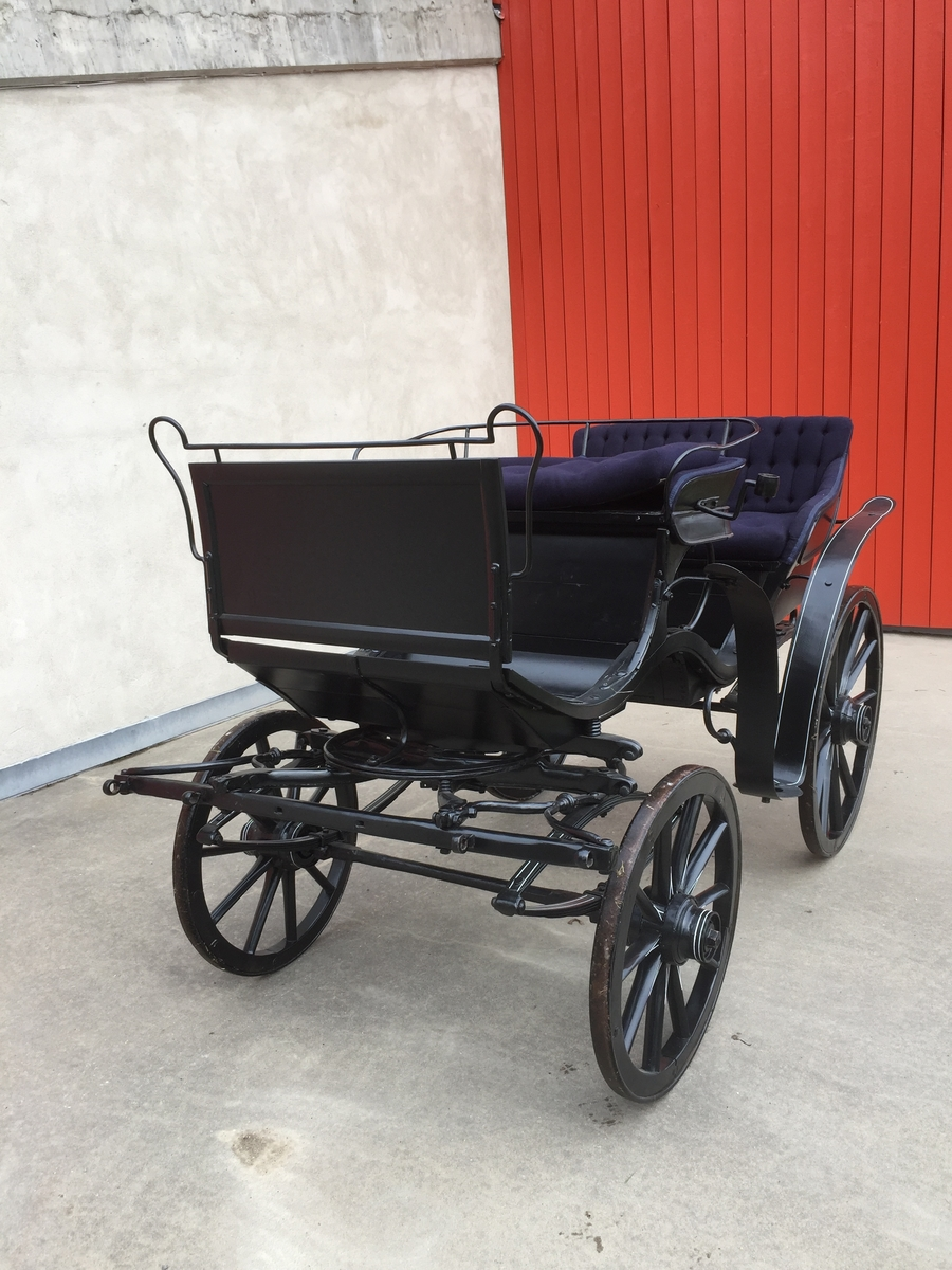 4-hjuls vogn for én og to hester til persontransport. To seter.