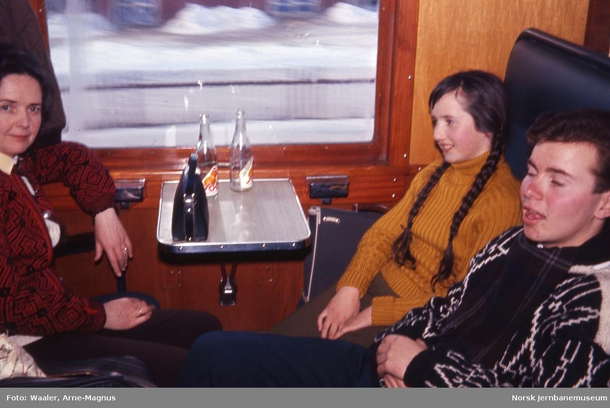 Reisende i personvogn B1 19925 i Rørosbanens dagtog 301