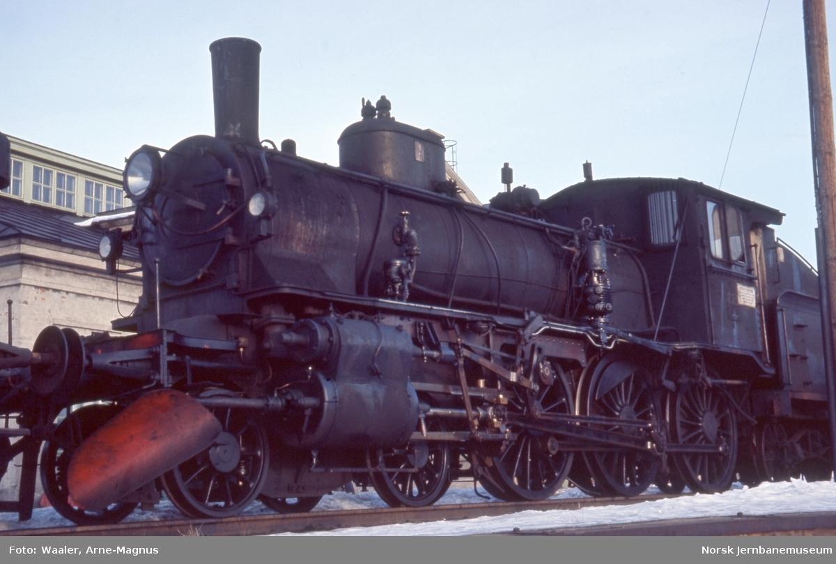 Opphugging av  damplokomotiver på Lillestrøm stasjon - type 27a nr. 220 er ankommet
