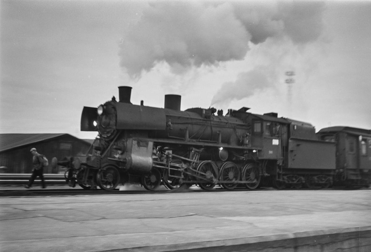 Dagtoget fra Trondheim til Oslo Ø over Røros på Trondheim stasjon. Toget trekkes av damplokomotiv type 26c nr. 380.