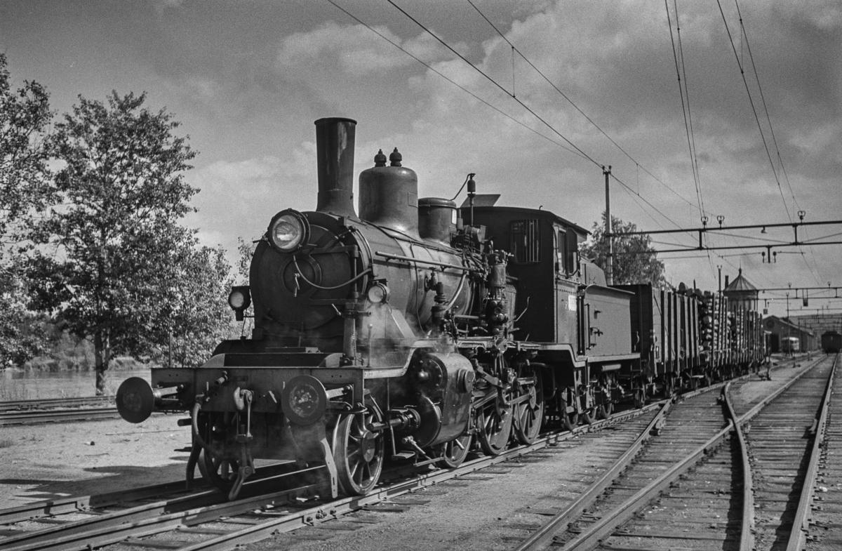 Damplokomotiv type 21c nr. 371 med et lite godstog på Kongsvinger stasjon.