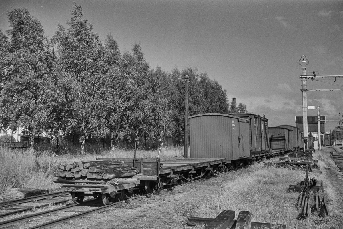 Hensatte godsvognerpå Sørumsand stasjon etter nedleggelsen.