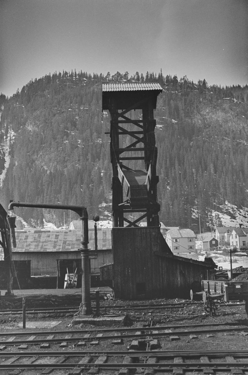 Anlegg for påfylling av kull på damplokomotiver på Støren stasjon.