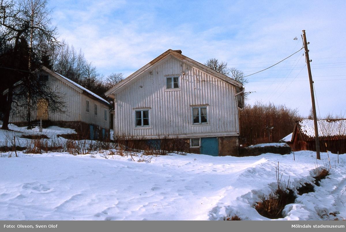 Två hus på Per Eriksgården 2 i Kärra, Mölndal, år 1986. I det vänstra huset stod det isskåp som Mölndals Hembygdsförening har fått.