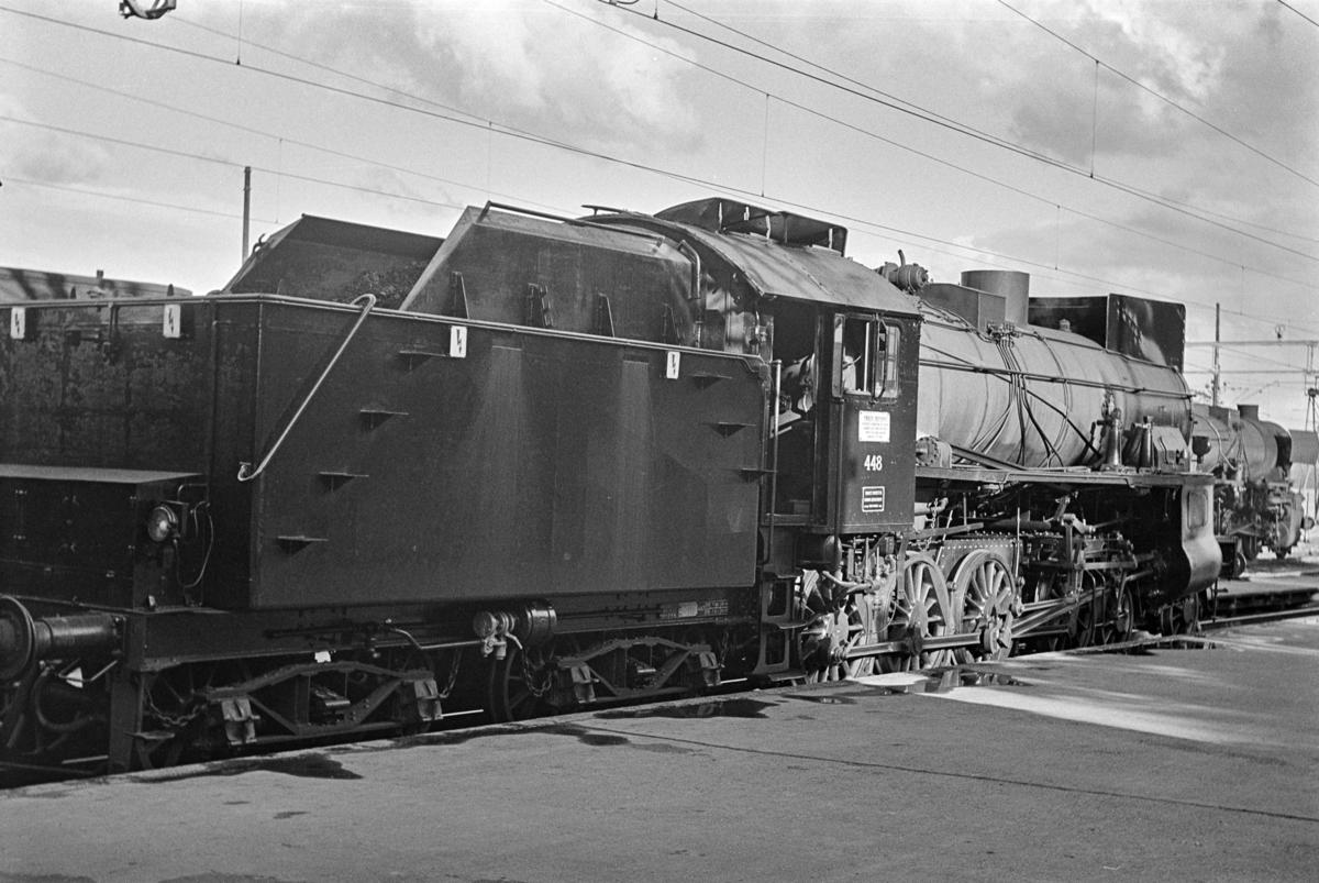 Persontog fra Gjøvik til Oslo Ø på Gjøvik stasjon. Toget trekkes av damplokomotiv type 31b nr, 448. Dette var et av de siste persontog trukket av damplokomotiv før Gjøvikbanen ble åpnet for elektrisk drift.