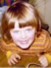 Barnehagebarnet: Julia Yran er født i 1970. Da hun var tre måneder, flyttet hun inn i Wessels gate 15 sammen med moren Kerstin og faren Petter. I 1976 fikk hun lillesøsteren Maja. Fra hun var 4 år gikk Julia i Tomm Murstads ski- og friluftsbarnehage ved Midtstuen og måtte ta trikken fra Majorstuen hver dag. Da hun var seks, begynte hun på førskole på Møllergata skole. Familien ble boende i gården fram til sommeren 1978.