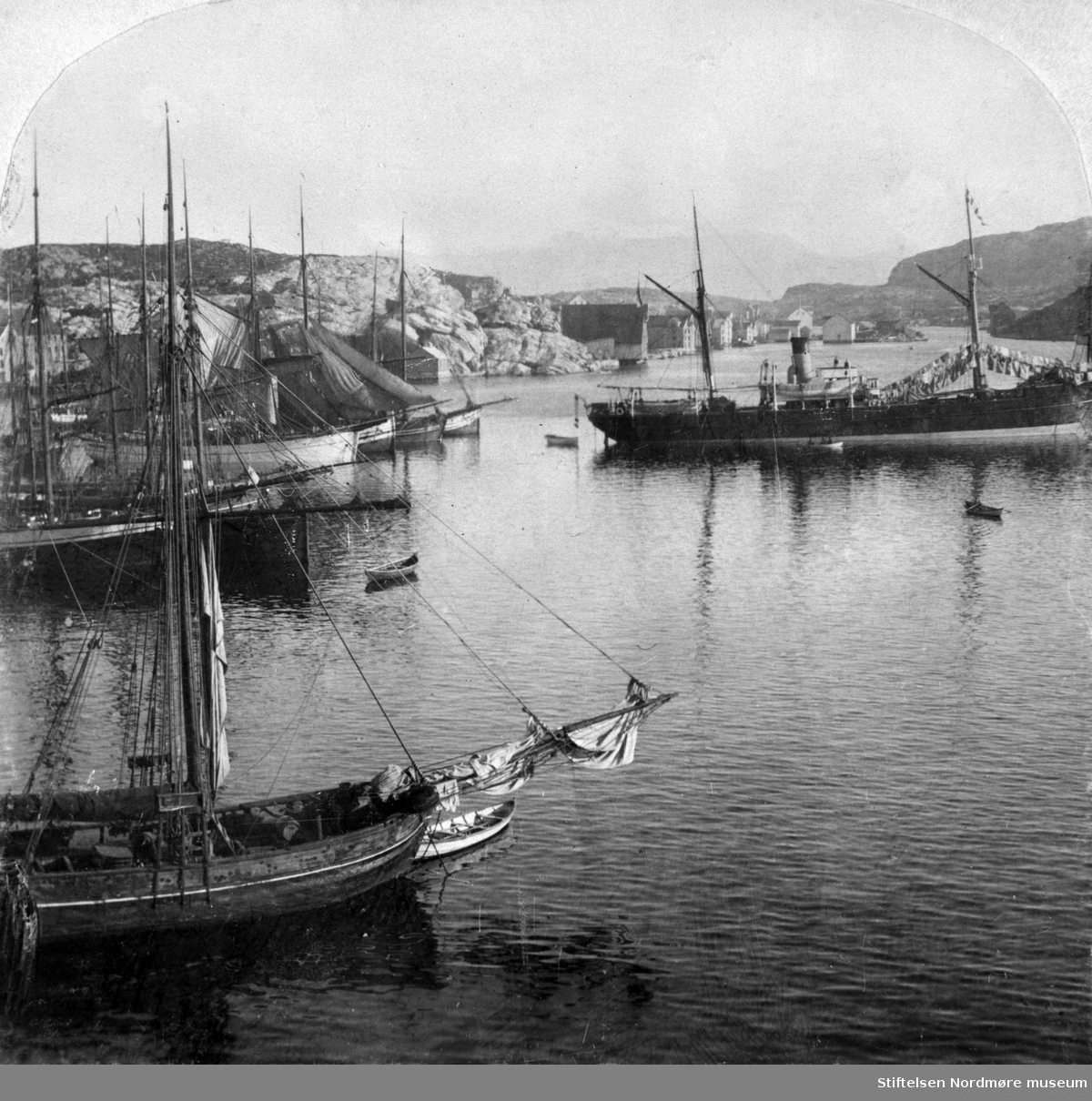 Kristiansund ca 1900, stereo. Nordsundet rett bak. Jekter og dampskip på sundet. Nordmøre museums fotosamling
