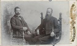 Studioportrett av to menn.
