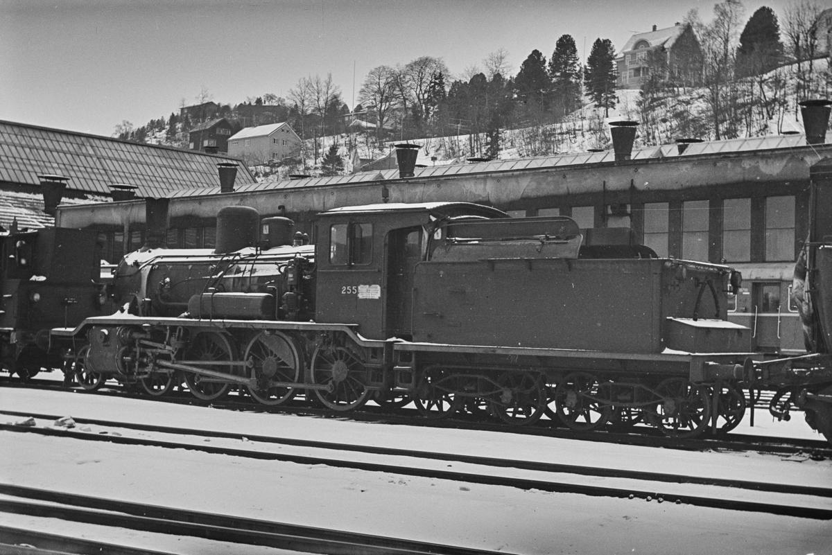 Damplokomotiv type 18c nr. 255, hensatt ved NSBs verksted på Marienborg, trolig i påvente av revisjon.