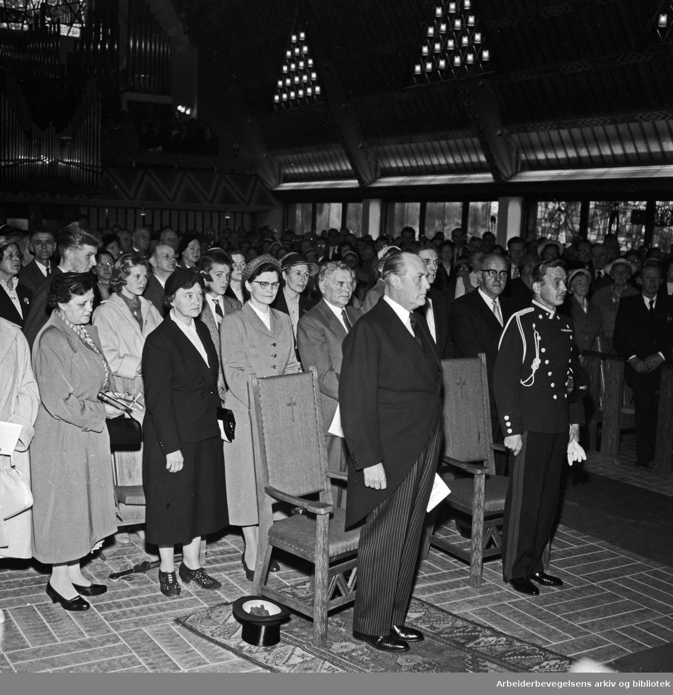 Torshov kirke innviet. Kong Olav er blandt gjestene. Mai 1958