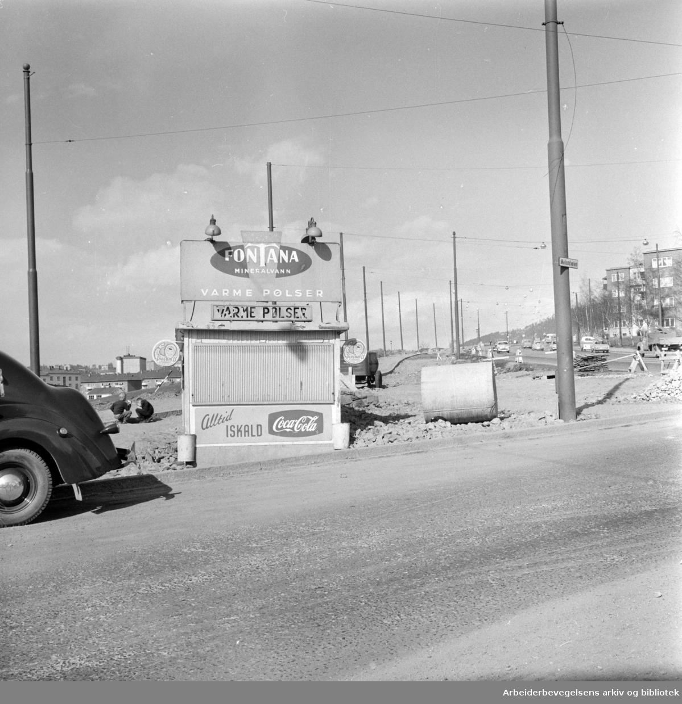 Trondhjemsveien. Ei lita bu ved Mailundveien må rives når utmunningen til Trondhjemsveien utvides..April 1963