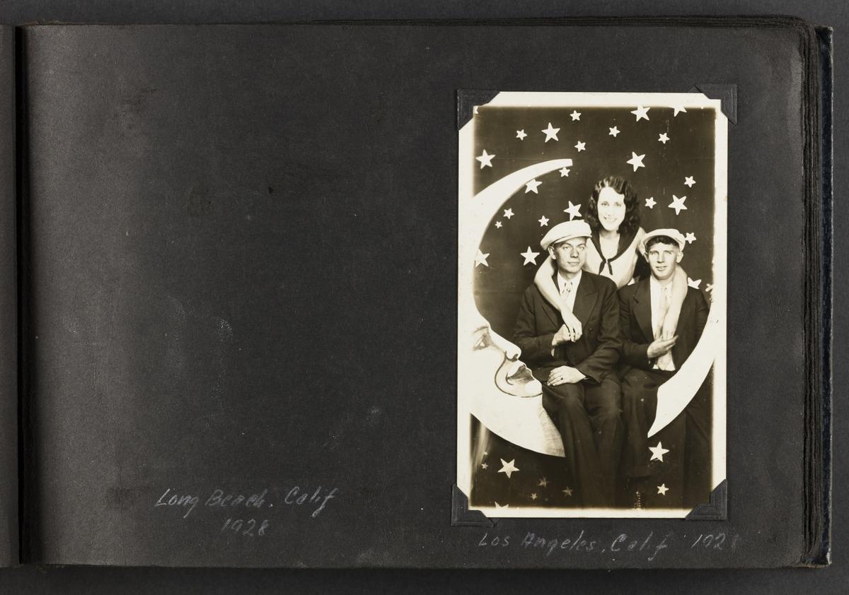 """Portrett av to mann og en kvinne """"Los Angeles, Calif. 1921""""."""