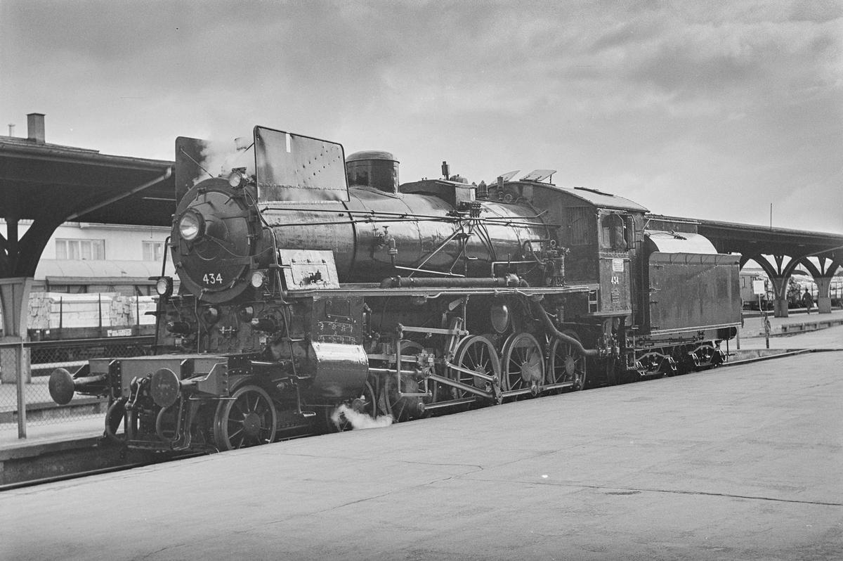 Damplokomotiv type 26c nr. 434 på Trondheim stasjon.
