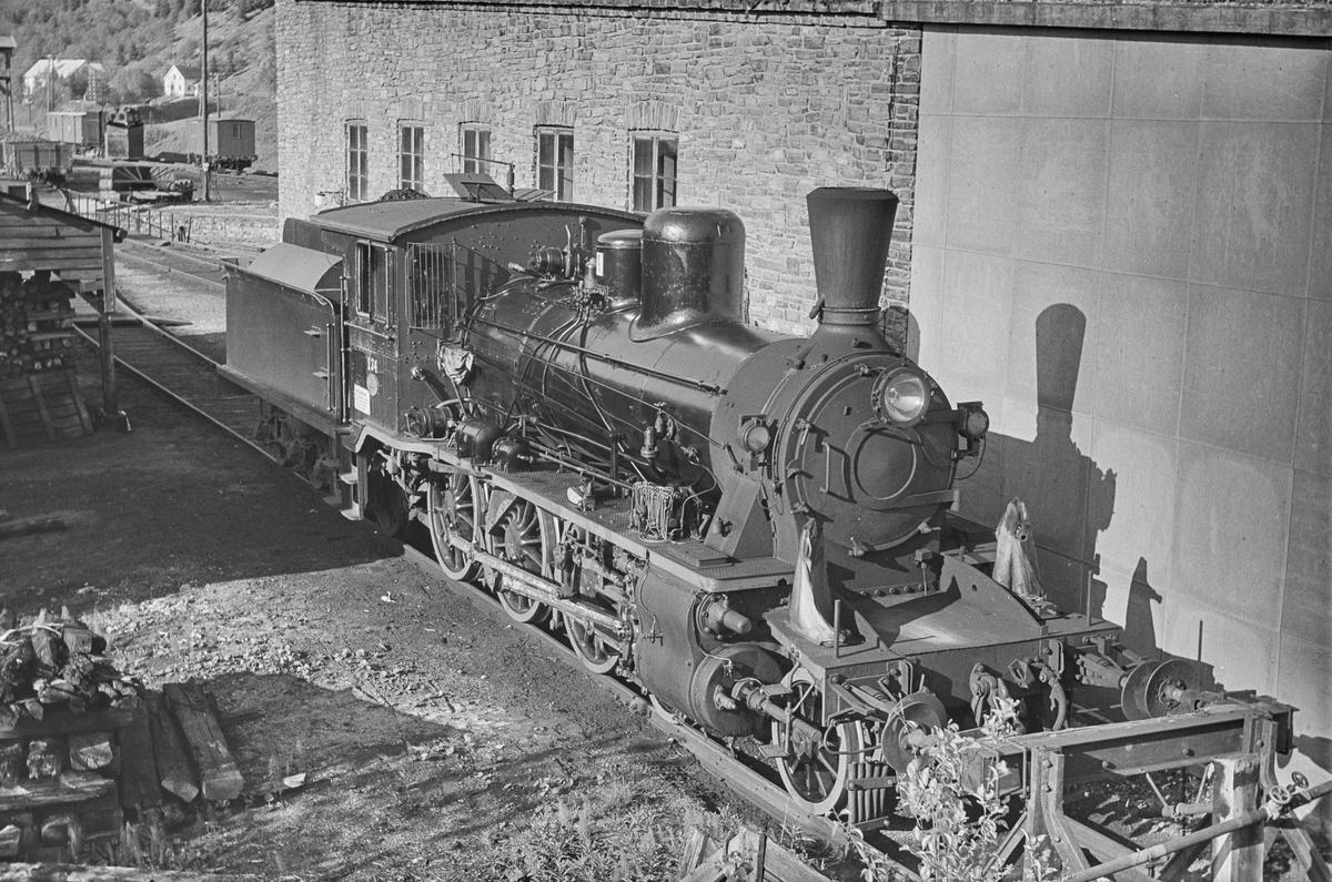Damplokomotiv type 18c nr. 134 utenfor lokomotivstallen på Grong stasjon.