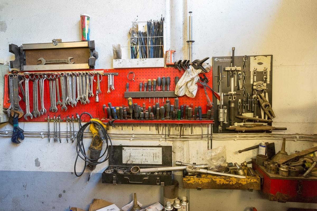 Statoil Hemnes. Verksted interiør med verktøytavle.