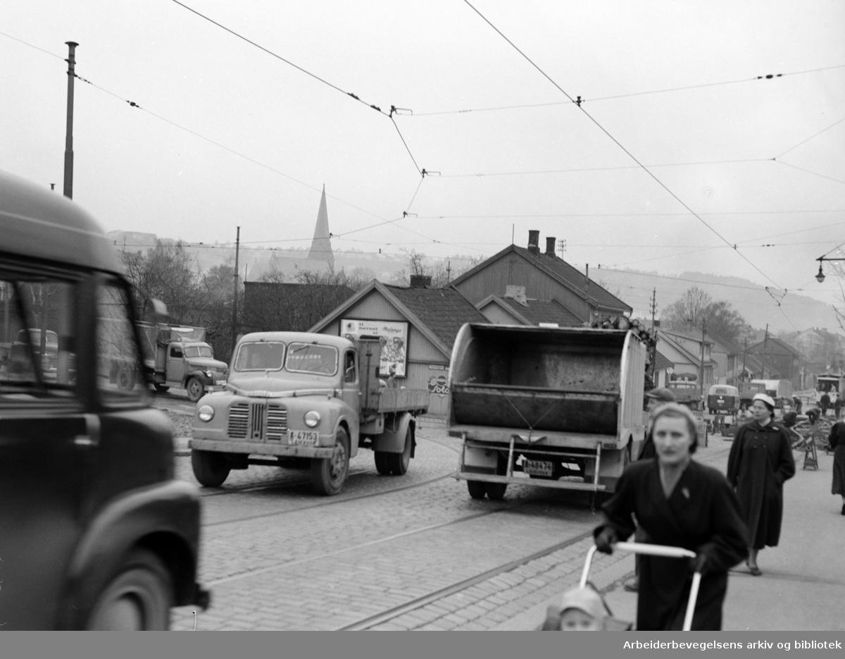 Strømsveien. Trafikk ved Sotahjørnet på Vålerenga. November 1957