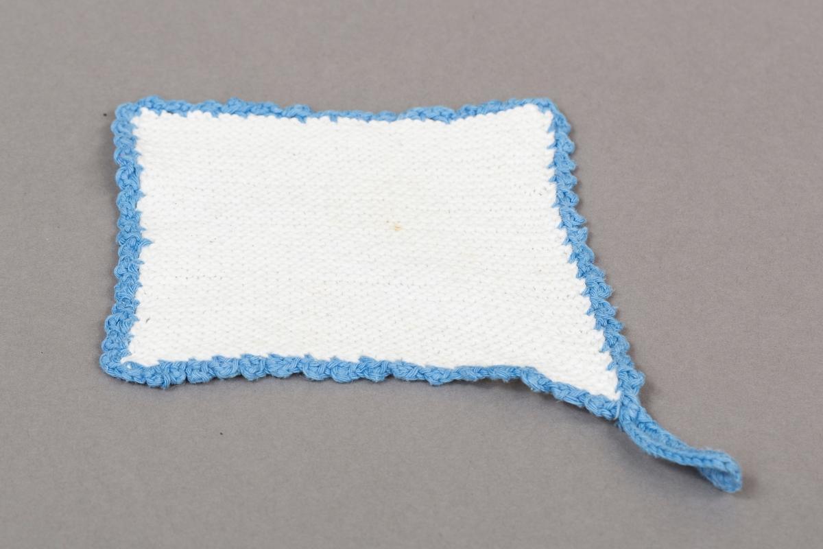 Gryteklut, hjemmestrikket/heklet, hvit med blå kant. To stykker i sett.