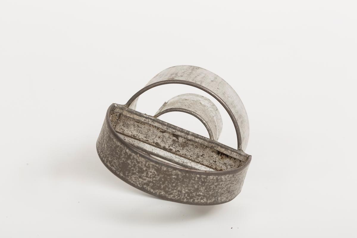 Form til utstikking av smultringer. To ringer festet i halvmåneformet håndtak.